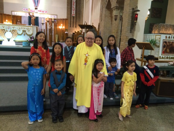Mgr Pierre Gaudette avec des enfants vietnamiens lors de la célébration de son 55e anniversaire d'ordination presbytérale (Crédidts photo : H. Giguère)