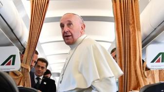 Le pape François sur l'avion à son retour de Suède le 1 novembre 2016