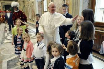Le pape François avec les enfants des gardes suisses (Domaine public)