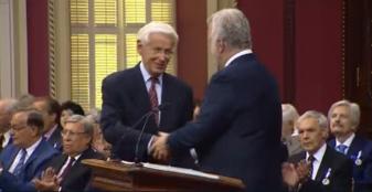 Maître Henri Brun, professeur émérite de l'Universtié Laval recevant l'insigne de l'Ordre national du Québec