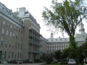 À gauche, le Pavillon Jean-Olivier-Briand du Séminaire de Québec où est logé le Grand Séminaire de Québec depuis 1997