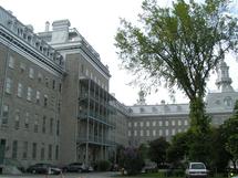 À gauche Pavillon Jean-Olivier-Briand du site du Séminaire de Québec où loge le Grand Séminaire de Québec et à droite pavillon Camille Roy