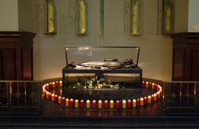 Le tombeau du bienheureux François de Laval entouré de cinquante lumières signifiant se 50 ans de vie pastorale en Nouvelle-France