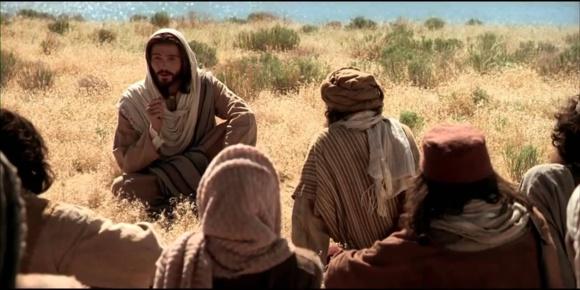 Jésus instruisant ses disciples sur la montagne (Image tirée de la Chaine YouTube La Bible Dit TV Domaine public)