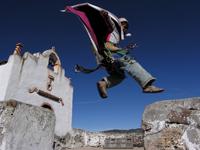 Jeune danseur du village de Nararachi  au Mexique qui virevolte devant l'Église dans la danse du Matachin.
