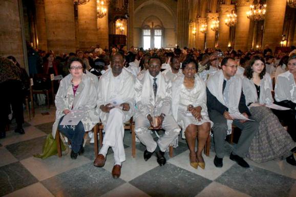 """Dimanche """"in albis"""" 19 avril 2009 où  les 311 nouveaux baptisés pendant la nuit de Pâques dans le diocèse de Paris ont assisté à la messe célébrée à Notre-Dame de Paris par le cardinal André Vingt-Trois, revêtus de leur vêtement blanc. (Domaine public)"""