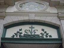 Le sigle SME au-dessus de la porte cochère pour Séminaire des Missions-Étrangères qui est le nom ancien du Séminaire de Québec. Le sigle SME est encore couramment utilisé aujourd`hui