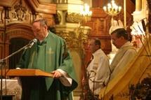 l`abbé Paul Lortie s`adressant aux participants et participantes des Retrouvailles pour la sauvegarde de l`église Saint-Jean-Baptiste à Québec le 23 octobre 2005