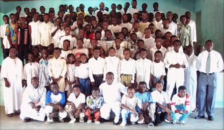 Photo des éléves et du personnel du Petit Séminaire saint Tarcisius de Diébougou pour l'année scolaire 2008-2009