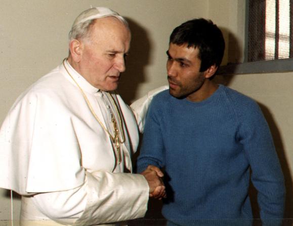 Le 27 décembre 1983 Jean-Paul II pardonne à Mehmet-Ali-Agça qui avait tenté de l'assassiner (Domaine public)