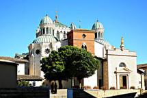 Vue de la vieille église d`Ars et du sanctuaire