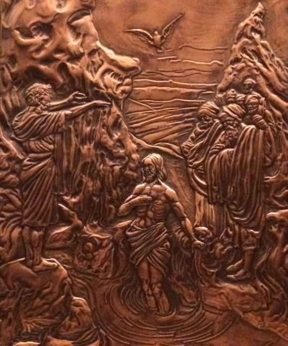 Repoussé de cuivre à l'intérieur d'une des portes de la Basilique Ste-Anne-de-Beaupré au Québec (Crédits photo : H. Giguère)