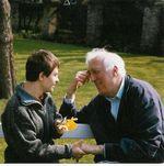 Jean Vanier avec un jeune handicapé de l`Arche, belle illustration moderne du ``Aimons-nous les uns les autres``