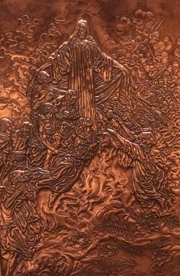 Repoussé de cuivre représentant l'Ascension dans une porte de la Basilique Ste-Anne-de-Beaupré au Québec (Crédits photo : H. Giguère)