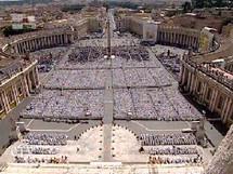 Vue des 15 000 prêtres sur place Saint-Pierre le 11 juin 2010 pour la clôture de l'Année sacerdotale