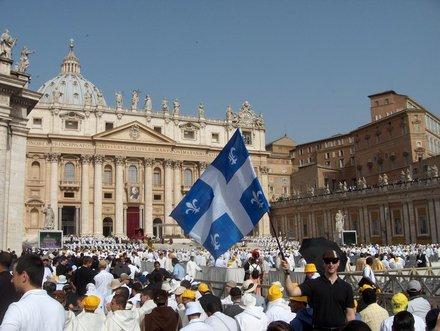 Le groupe de prêtres du Québec parmi les 15 000 prêtres sur la place Saint-Pierre de Rome 11 juin 2010 - Photo de Francis Denis