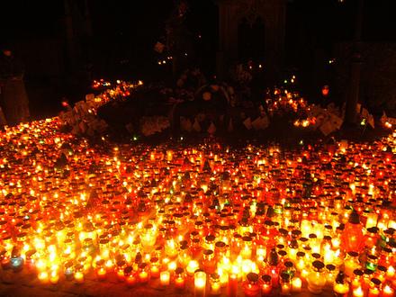 En Pologne, c'est une tradition en la fête de la Commémoration des fidèles défunts, aussi bien de jour comme de nuit, que des bougies soient allumées ainsi que des fleurs soient déposées sur les tombes. Les cimetières polonais deviennent féériques comme on peut le voir dans ces photos.