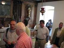 Le Supérieur général avec un groupe de prêtres dans la Chapelle de Mgr Briand