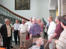 Groupe de prêtres visiteurs au pied du Grand Escalier du Pavillon Jean-Olivier-Briand du Séminaire de Québec ( Grand Séminaire et Résidence des prêtres)