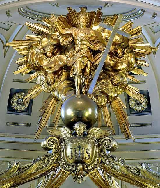 Le Christ ressucité qui trône au sommet du baldaquin de la Basilique-Cathédrale Notre-Dame de Québec (Crédits photo : Avec l'autorisation du Fonds/Daniel Abel-photographe)