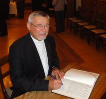 Le Père Georges Colomb, supérieur général des Missions Étrangères de Paris, au moment de la signature du Livre d'or du Séminaire de Québec le 3 novembre 2011