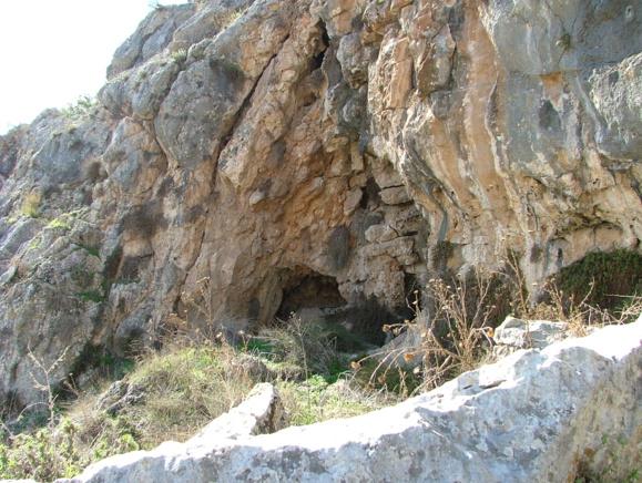 Caverne sur le Mont Carmel en Terre Sainte (Crédits photo : Wikimedia Commons)
