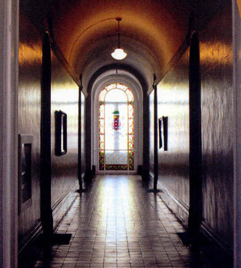 """Corridor de la Résidence des prêtres empruné par les élèves du Petit Séminaire de Québec autrefois dit """"Rue Sherbrooke"""""""