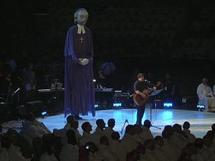 La marionnette de François de Laval écoute Robert Lebel interpréter Hariaouagui, le chant de l'Année jubilaire 2008 au Congrès eucharistique international de Québec