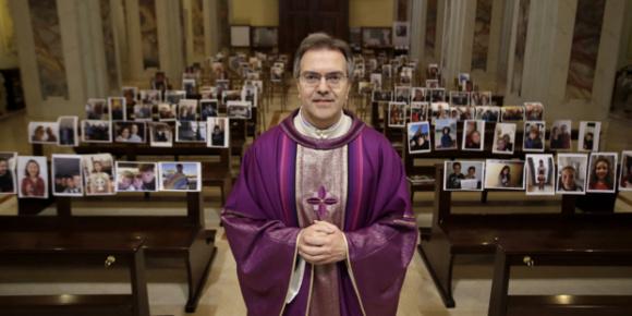 Giuseppe Corbari, un curé italien, a trouvé une façon originale de célébrer avec sa communauté. Il a demandé à ses paroissiens de lui envoyer un selfie et il a disposé tous ceux qu'il a reçu dans les bancs de son église..qui n'a jamais été aussi remplie. (Crédtis photo : Aleteia italien)