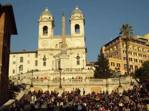 L'église de la Trinité des monts à Rome au sommet de l'escalier de la Place d'Espagne (Photo H. Giguère)