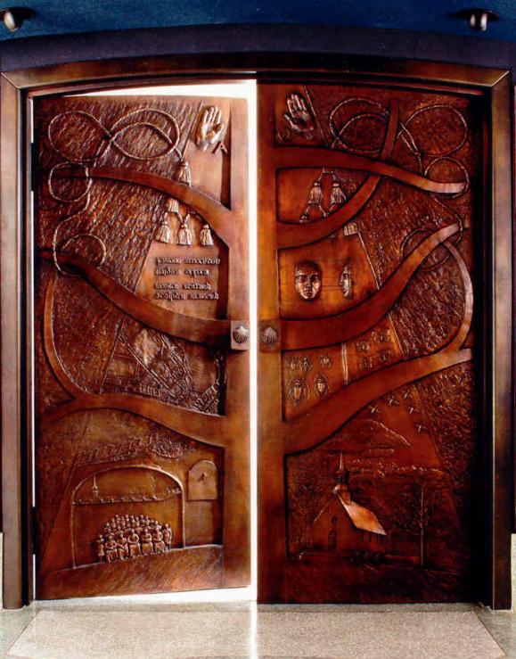 Porte de bronze de la crypte des prêtres du Séminaire de Québec par Lucienne Cornet (Basilique-cathédrale de Québec)