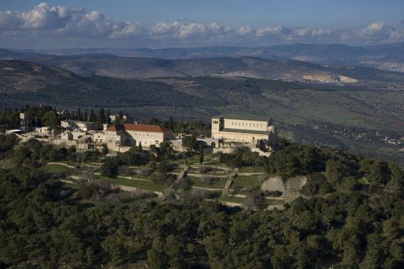 Le mont Thabor site traditionnel de la Transfiguration du Seigneur (Crédits photo : Mount Tabor aerial view Mordagan via Wikimedia Commons)