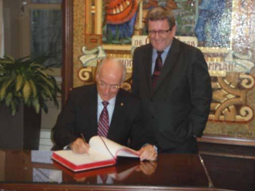 Monsieur le maire de Québec, Régis Labeaume et le Supérieur général du Séminaire, le chanoine Jacques Roberge,  signant le Liver d'Or de la Ville de Québec