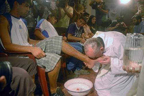 Le pape François, alors archevêque de Buenos Aires, lors du lavement des pieds le Jeudi Saint