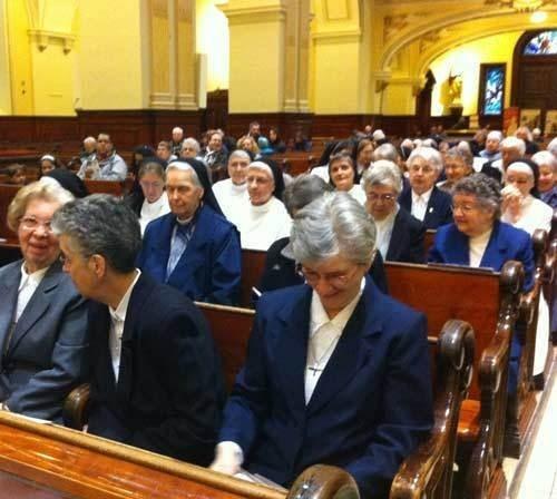 Une partie des membres des communautés fondatrices : Ursulines, Augustines et Pères jésuites invitées au 350e du Séminaire de Québec le 14 avril 2013 à la messe d'action de grâces (Photo H. Giguère)