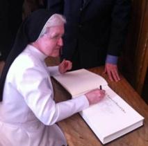 Soeur Lise Tanguay, supérieure des Augustines du Monastère de l'Hôtel-Dieu signant le Livre d'Or (Photo H. Giguère)
