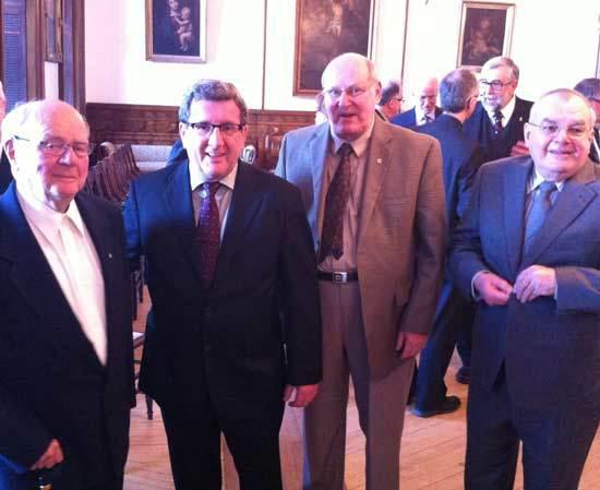 Monsieur le maire Régis Labeaume en compagnie du doyen des prêtres du Séminaire de Québec, l'abbé Marc Caron, des abbés Michel Tardif et René Bégin