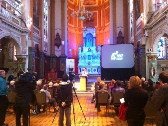 Olivier Dufour s'adressant aux journalistes et aux invités à la Chapelle du Musée de l'Amérique française (l'ancienne Chapelle extérieure du Séminaire de Québec)