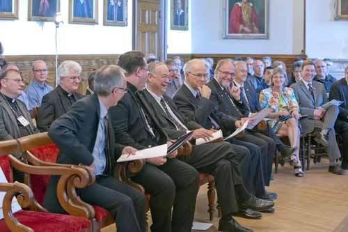 L'abbé Mario Côté, Mgr Lacroix, M. Denis Brière, M. le chanoine J. Roberge, l'abbé Gilles Routhier. Photo Daniel Abel.