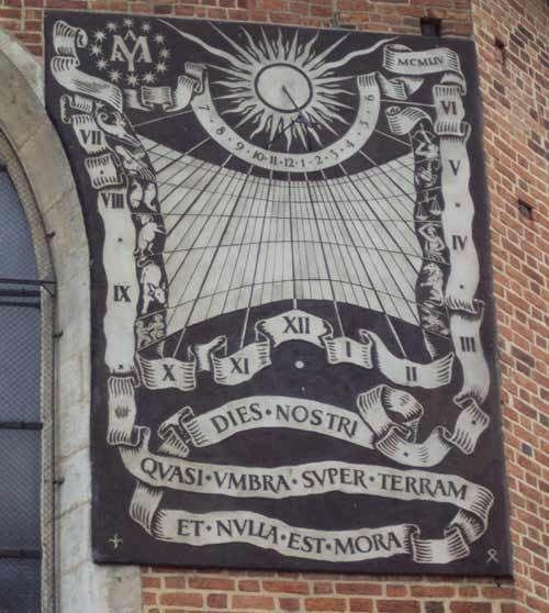 Le cadran solaire de la cathédrale de Cracovie avec la même inscription que celle sur le cadran du Séminaire de Québec (Photo H. Giguère)