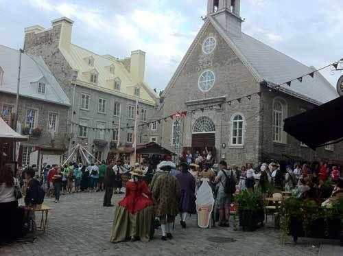 La Place Royale et l'église Notre-Dame des Victoires à Québec lors des Fêtes de la Nouvelle-France (Photo H.Giguère)