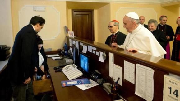 Le pape François réglant l'addition où il logeait à Rome avant d'être élu pape.