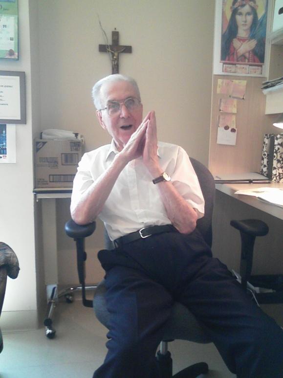 L'abbé René Malouin à son bureau à la Résidence Cardinal-Vachon en 2012