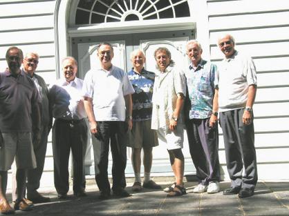 Prêtres retraitants devant la chapelle St-Louis-de-Gonzague au Petit Cap