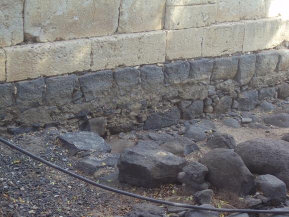 Les pierres de l'ancienne Synagogue de Capharnaüm où Jésus a prêché (Crédts photo : H. Giguère)