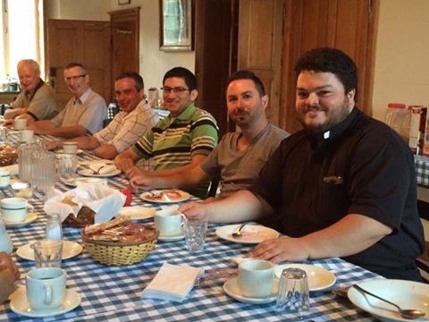Le recteur du Grand Séminaire de Québec (dernier au bout de la table) avec quelques séminaristes à la session d'entrée à Petit Cap à Cap Tourmente, Québec  en septembre 2016 (Crédits photo : Grand Séminaire de Québec).