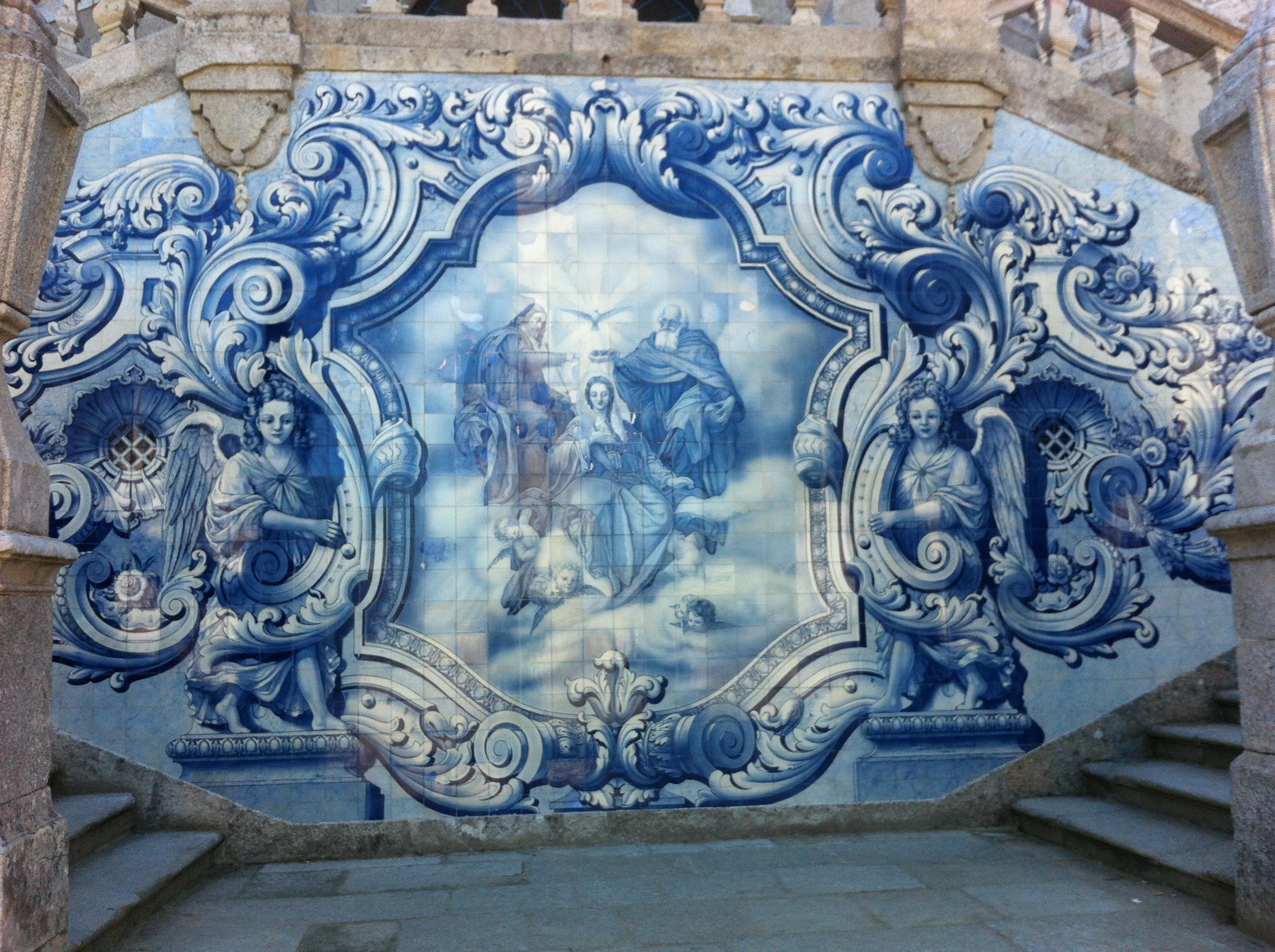 Superbe mur d'azulejos - un azulejos ou azuléjos désigne en Espagne et au Portugal un carreau ou un ensemble de carreaux de faïence décorés et ornésornés de motifs géométriques ou de représentations figuratives comme ici où on a représenté le couronnement de la Vierge dans l'escalier monumental de 686 marches du sanctuaire de Notre-Dame des Remèdes à Lamego au Portugal.(Crédits photo : H. Giguère)