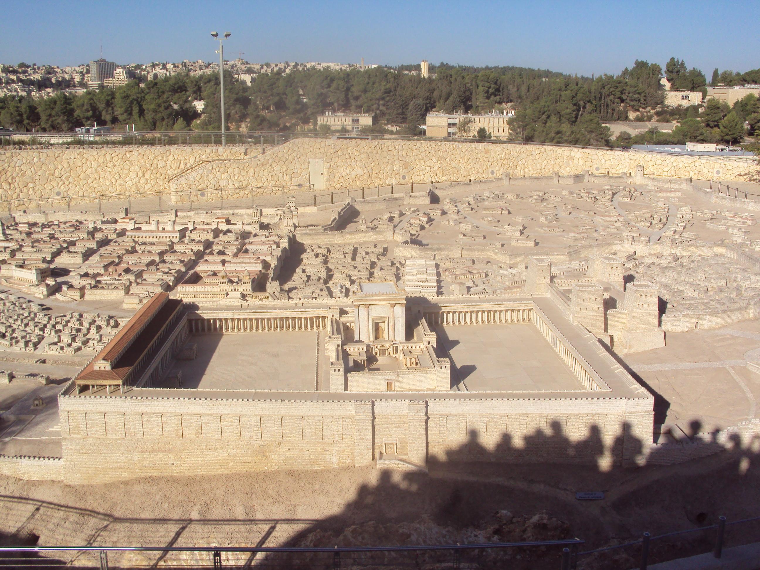 Le Temple de Jérusalem en miniature dans la reproduction de la ville de Jérusalem s'étendant sur une superficie de quelque 400 mètres carrés. Cette maquette restitue l'ancienne ville de Jérusalem telle qu'elle était à la veille de l'an 66 de l'ère chrétienne, année où éclata la Grande Révolte contre les Romains qui se solda par la destruction de la ville et du Temple. Elle se trouve dans le parc du Musée d'Israël près du Sanctuaire du Livre (Crédits photo : H. Giguère).