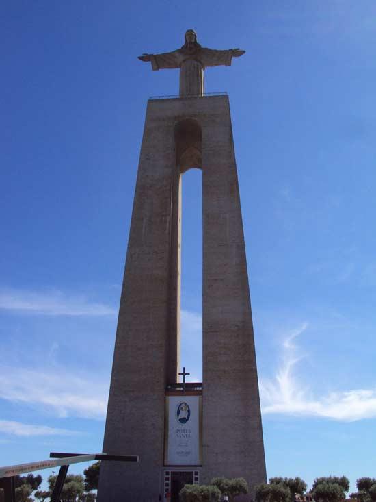Le Cristo Rei (Christ Roi en français) est un monument portuguais commencé en 1949 et inauguré en 1959. Il est situé dans la municipalité d'Almada au Portugal. Surplombant le pont du 25 Avril, il fait face à la ville de Lisbonne (Crédits photo : H. Giguère).