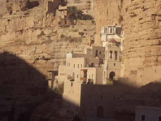 Un désert époustouflant : Wadi Qelt et le monastère St-Georges de Chouziba accroché à la falaise (Crédits photo : H. Giguère)